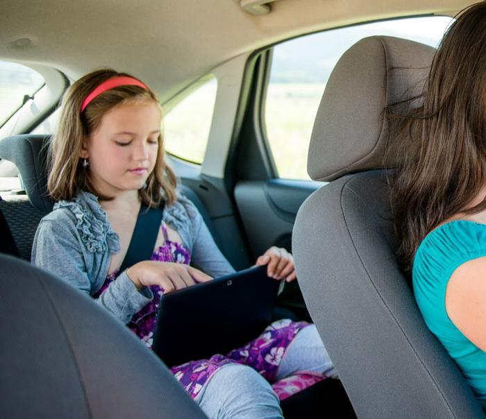 Tablet y niños en coche
