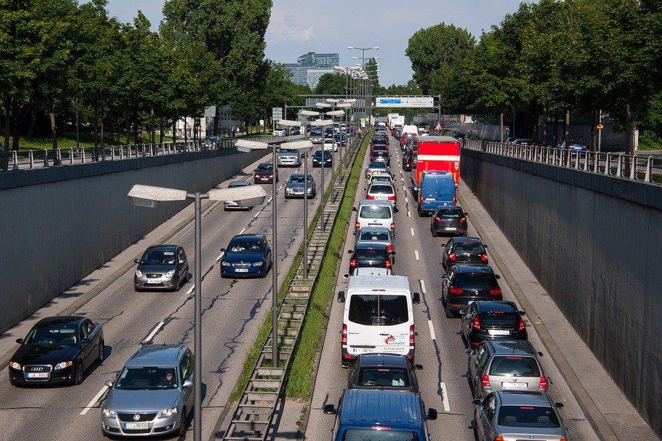 Límites de velocidad para furgonetas en autovías, carreteras nacionales y otras vías