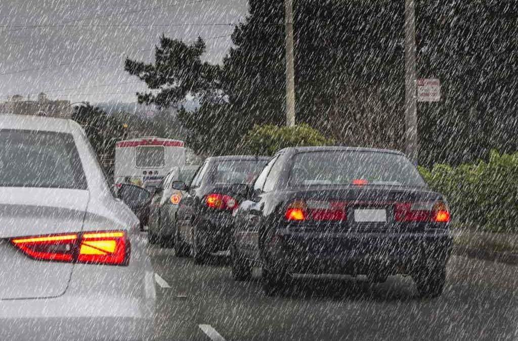 Conducir con lluvia: ¡Ojo con el asfalto mojado!