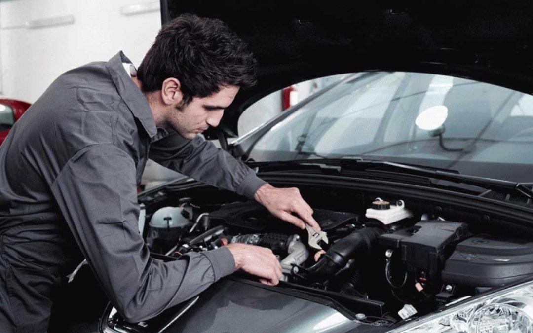 Reparar tu coche en la calle: Multa asegurada